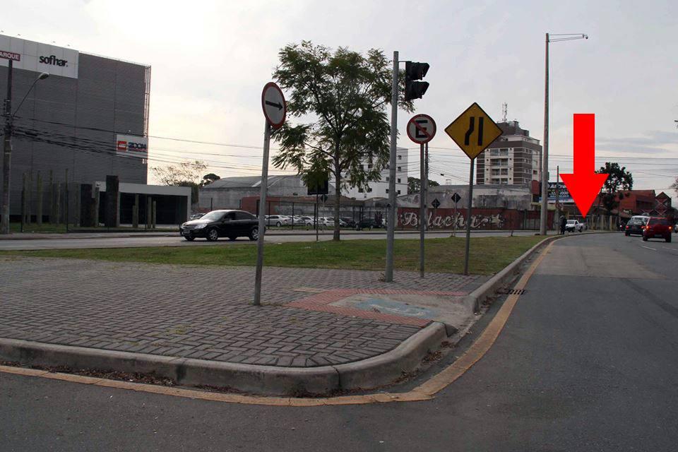 Bruno Pessuti pede ampliação da capacidade de ponto de ônibus em frente à PUC-PR - Bruno Pessuti