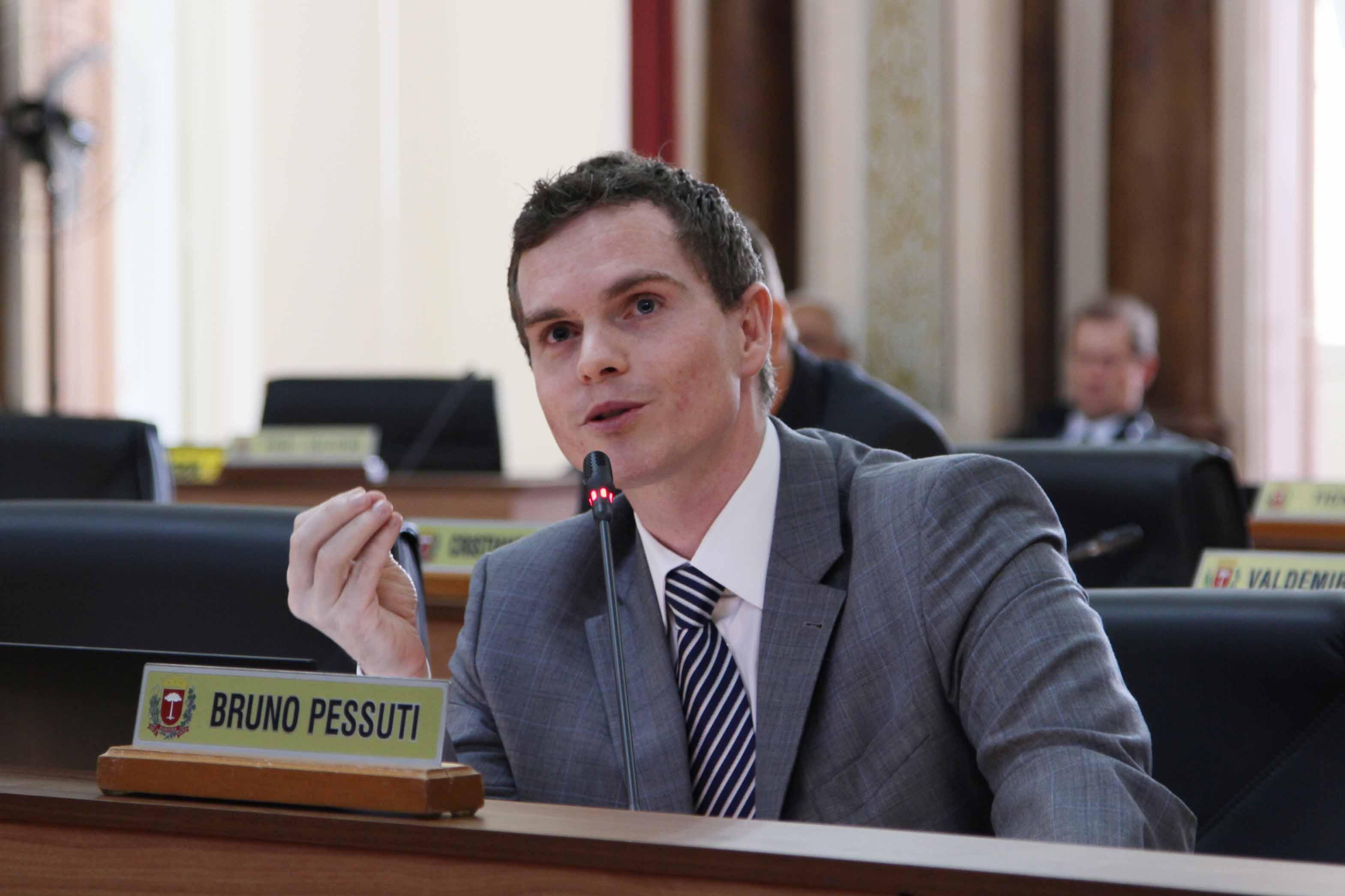 Bruno Pessuti solicita implantação de remansos na rua XV de novembro - Bruno Pessuti